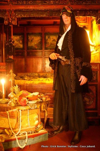 """Le """"pirate"""" Hippolyte Romain devant son lit chinois à baldaquin et son butin lors du dernier abordage. (c) Erick Bonnier"""