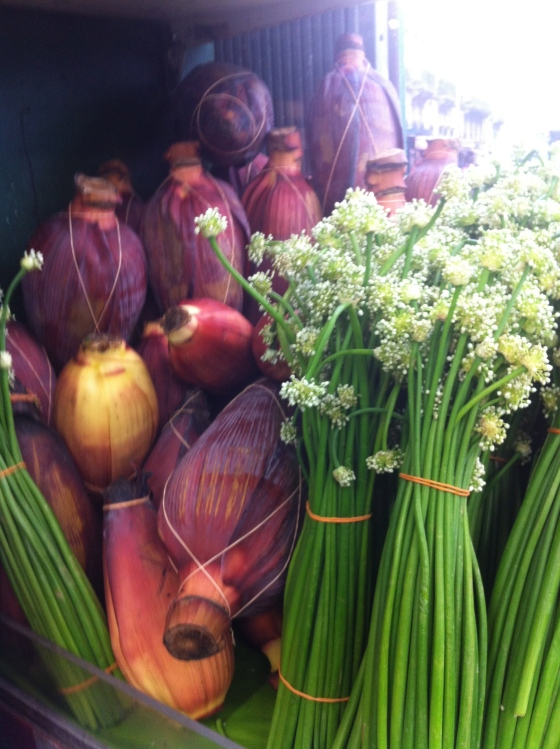 Fleurs de bananier ficelées, tiges de fleurs d'ail.  (c) Coco Jobard