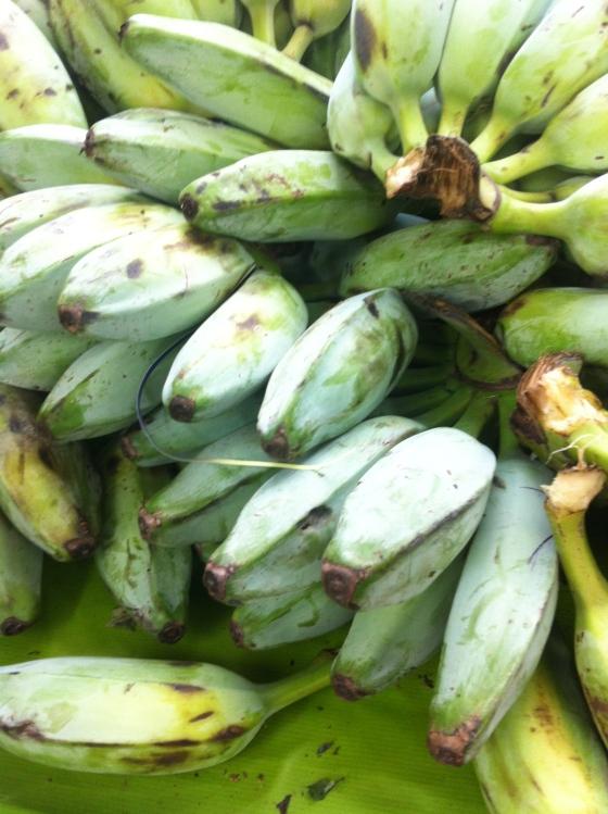 Des bananes vertes plantain. Attention, c'est à cuire, pas à croquer :) (c) Coco Jobard