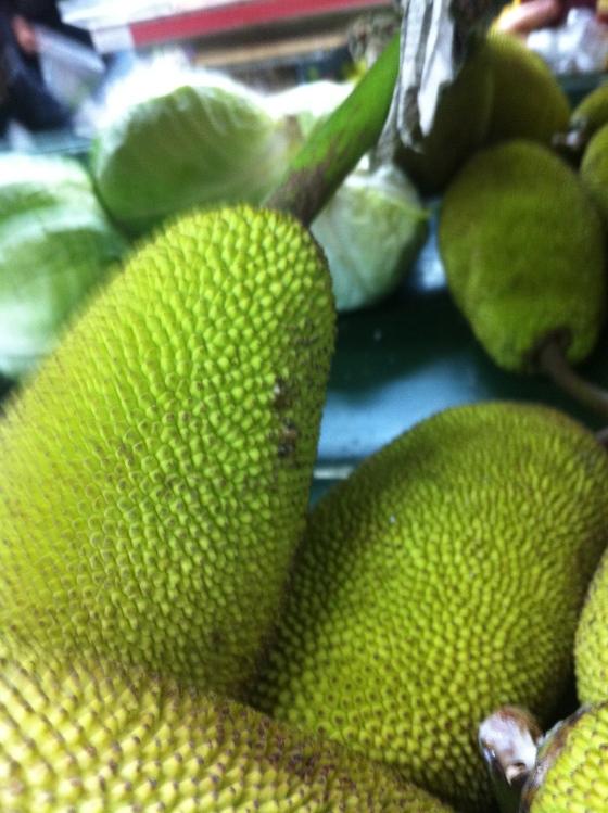 Le fruit du jacquier, ceux-çi sont petits par rapport à ceux que j'ai dégustés en curry à Maurice. (c) Coco Jobard