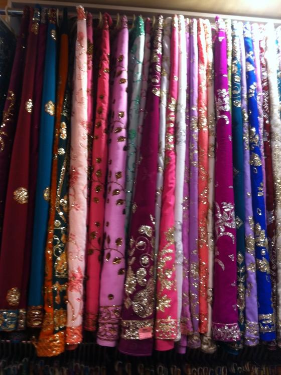 Dans la boutique mode à côté de chez VT, des saris à profusion. (c) Coco Jobard